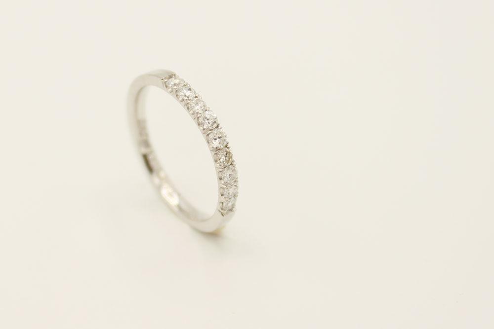 Oro blanco 18k con diamantes.
