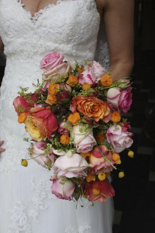 Draadgewonden boeket met bramen. Deze bruid was een echte fruitliefhebber dat in alle stukken werd verwerkt.