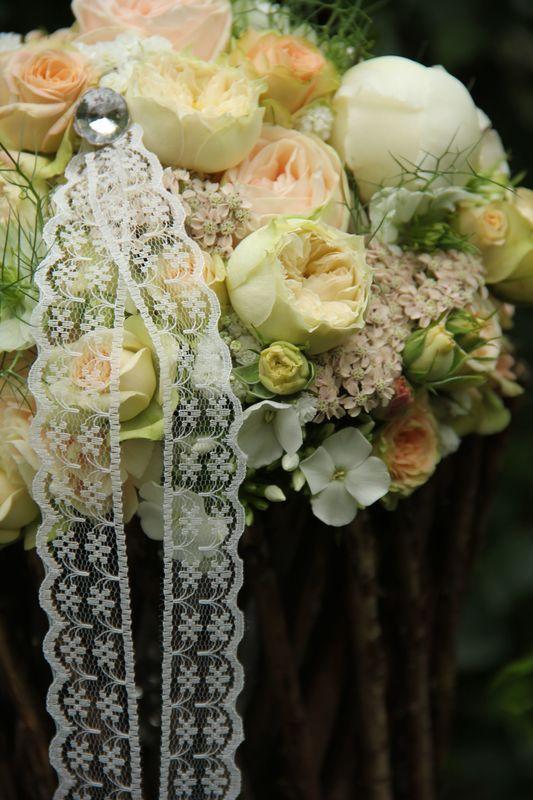 Lieb und zart wie die Braut...ein wunderschöner Strauß aus Pfingstrosen/David-Austin-Rosen und ihren lieben Begleitblümchen.
