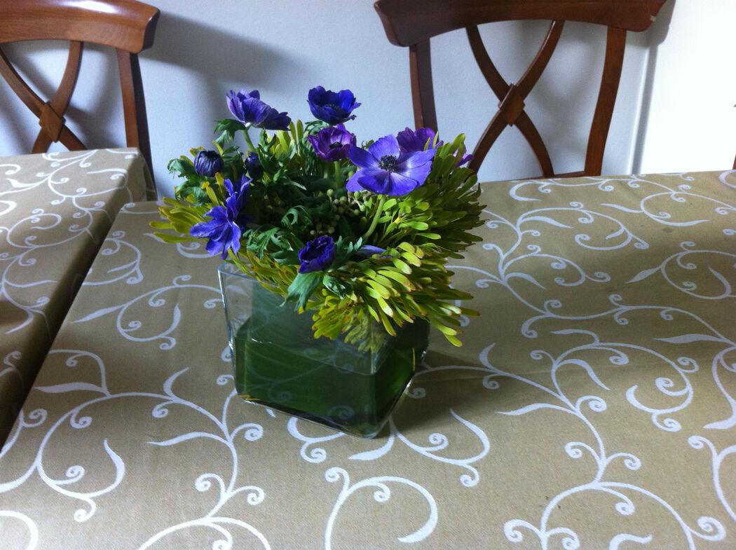 centro de mesa con anemonas