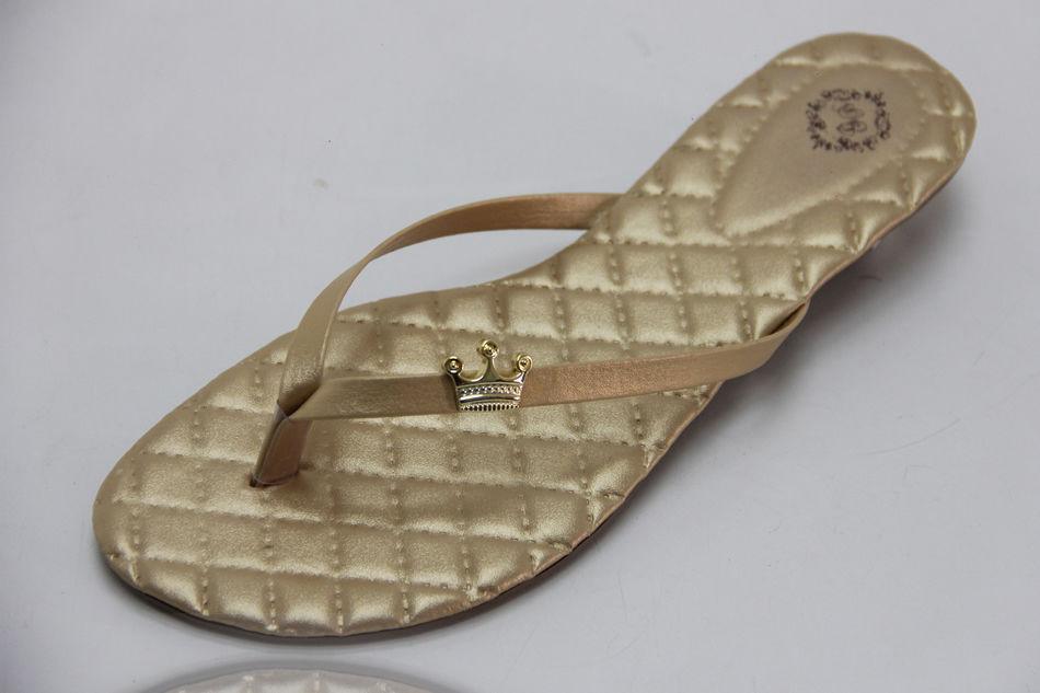 Slim Clean Matelassê Dourada com Enfeite Coroa