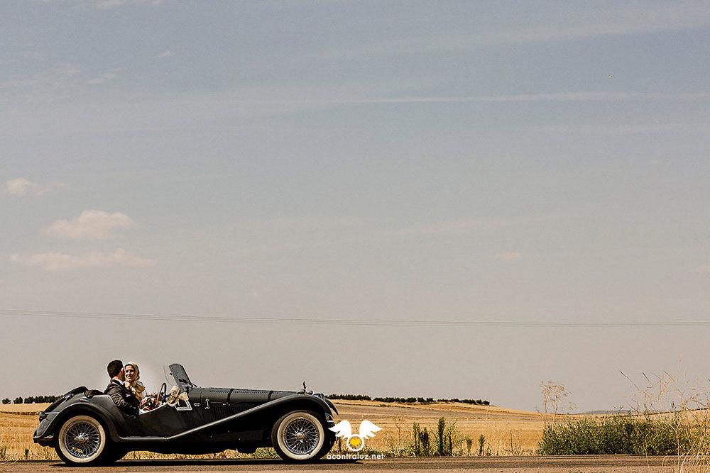 Novios llegando al Palacio en coche clásico
