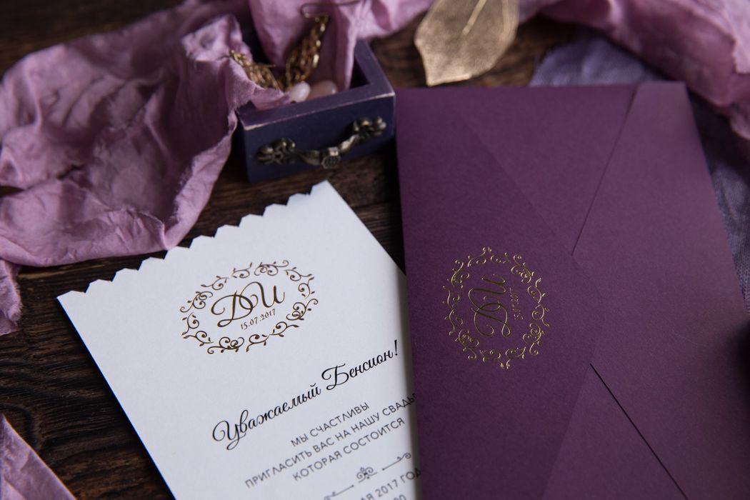 Роскошный цвет выделяет эти пригласительные на фоне других. Тиснение золотом на лайнере и приглашениях придает им роскоши и стиля, а дополняется все это не стандартной формой карточек.