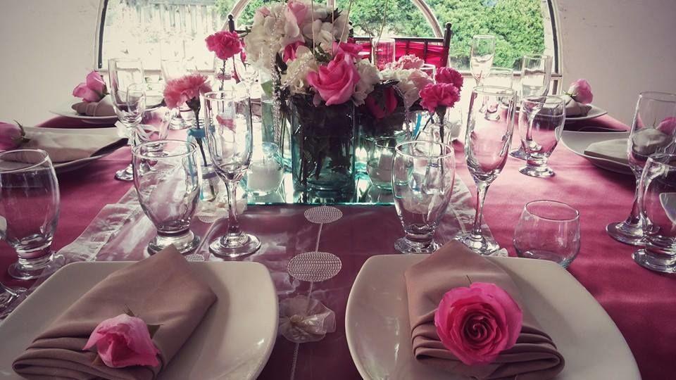 Mesas llenas de color desde la mantelería hasta las flores, menajes, platos y todo lo que necesite para hacer su evento el mejor recuerdo.