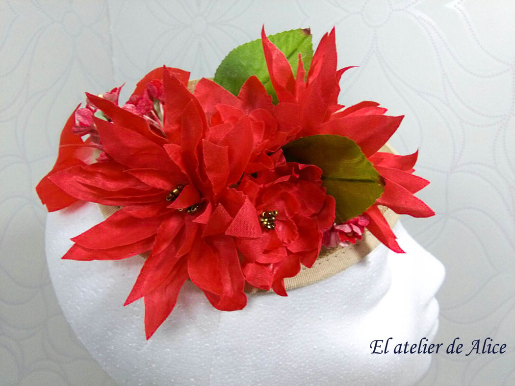 Tocado coral con base de sinamay natural y flores color coral
