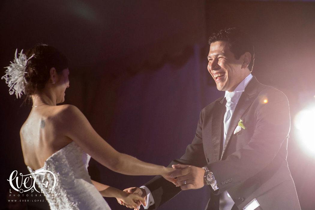 Fotos durante el baile de los novios en La Florida eventos, zapopan, Jalisco, Mexico  Fotografia de boda por fotografo profesional de bodas Ever Lopez