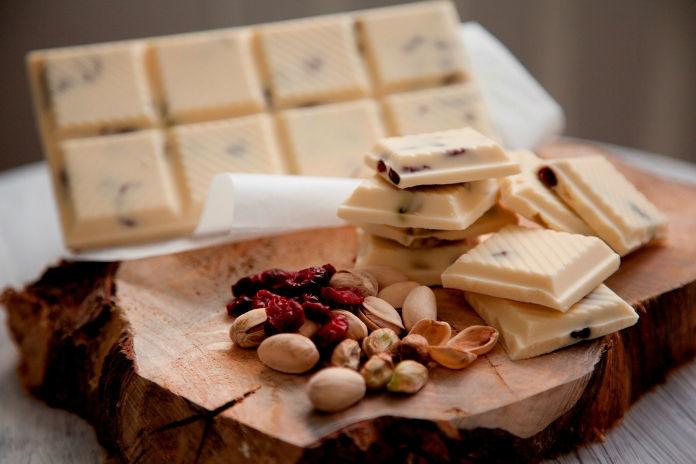 Tableta de chocolate blanco con pistachos y frutos rojos