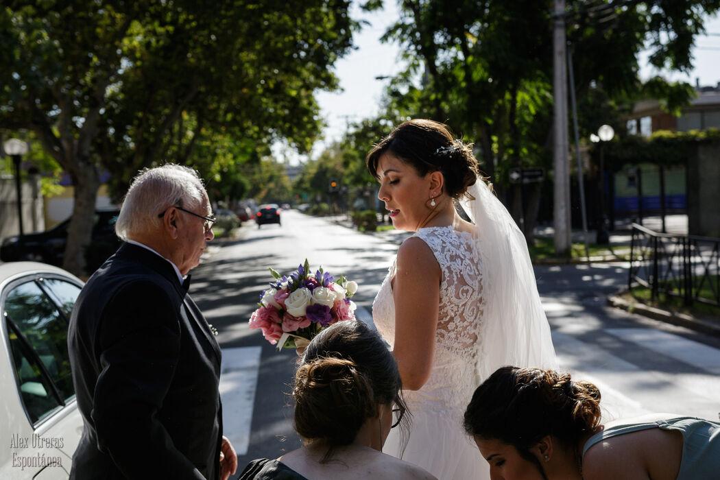 La novia Loreto bajándose del auto y haciendo los últimos ajustes