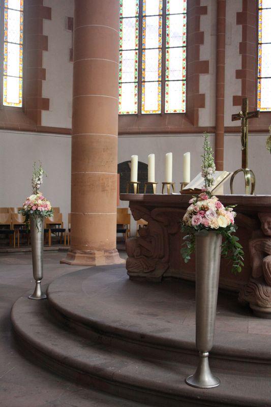 Kirchendekoration passend zum Konzept in zarten Pastells & Goldtönen Foto: Calla Décoration