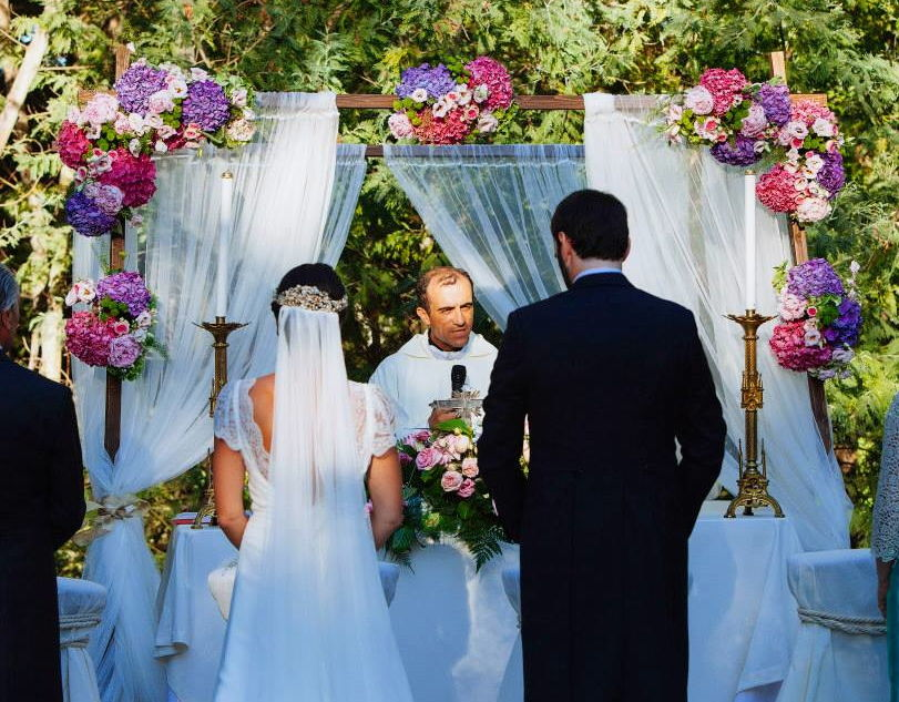 arco de flores con hortensias de colores vistosos para ceremonia