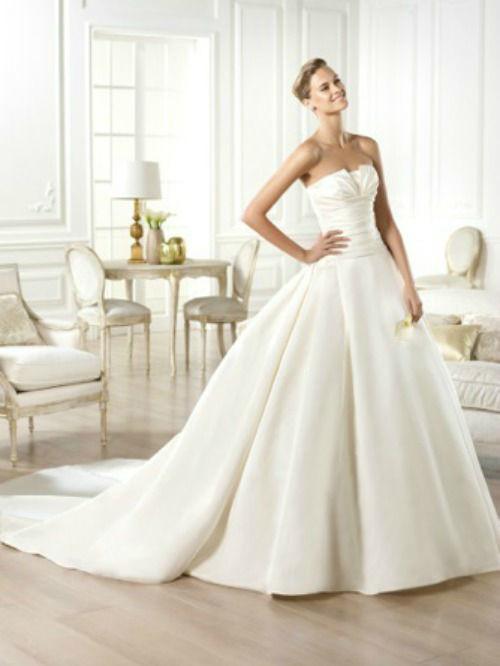 Beispiel: Brautkleid von Pronovias, Foto: PETRA PABST Braut- und Abendmode.