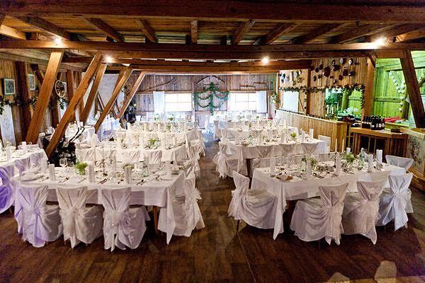 Eine Hochzeitsfeier in rustikaler Umgebung