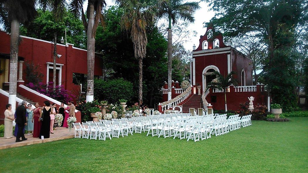 Decoración de Capilla con flores y sillas para los invitados.