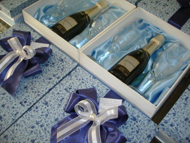 caixa com mini espumante chandon e 2 taças.