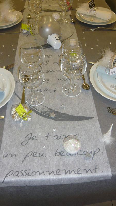 Mariage gris, blanc, argent. Chemin de table