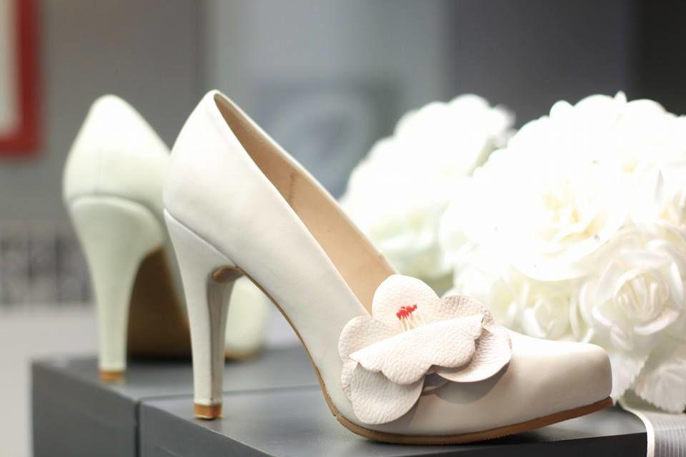 Modelo Sarah, taco 7, con plataforma interna, con flor hecha a mano en cuero by Giorgina Rose Zapatos