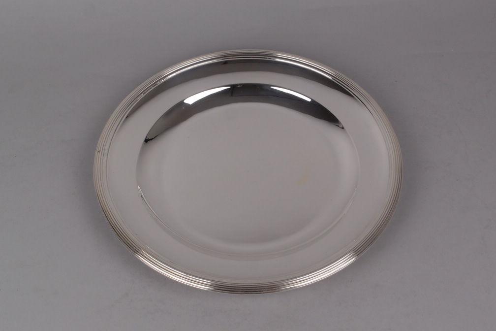 Plat rond en métal argenté, Orfèvre Ercuis. Diamètre 28 cm.