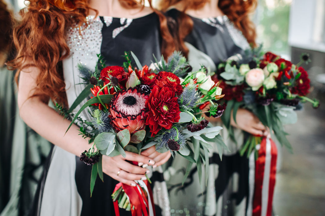Букет невесты из протеи, розочек нескольких сортов, эрингиума, скабиозы, георгин, перчиков и разнообразия зелени  Флорист Рина Озерова