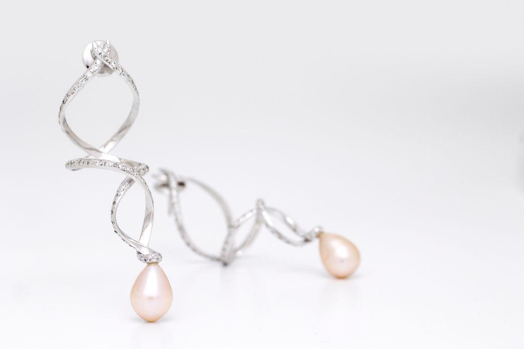 Brincos Adagio em ouro branco 18k, diamantes e pérolas rosas. Além das nossas linhas de brincos, colares, pulseiras, abotoaduras e prendedores de gravata, oferecemos peças personalizadas. As criações especialmente realizadas para a noiva podem ser baseadas, por exemplo, no vestido e no estilo da noiva.