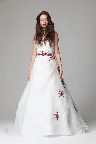 Beispiel: Brautkleider mit farbigen Stickereien, Foto: Magy's Brautmode.