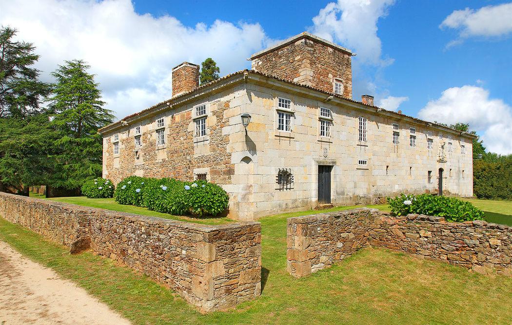 Vista de la fachada principal con la antigua torre defensiva