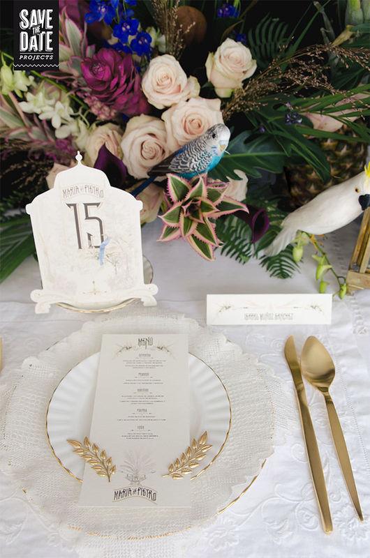 Menú y número de mesa de la papelería de boda personalizada estilo vintage y con dibujos en acuarela. Del save the date a la web de boda, todo con el mismo estilo y temática.