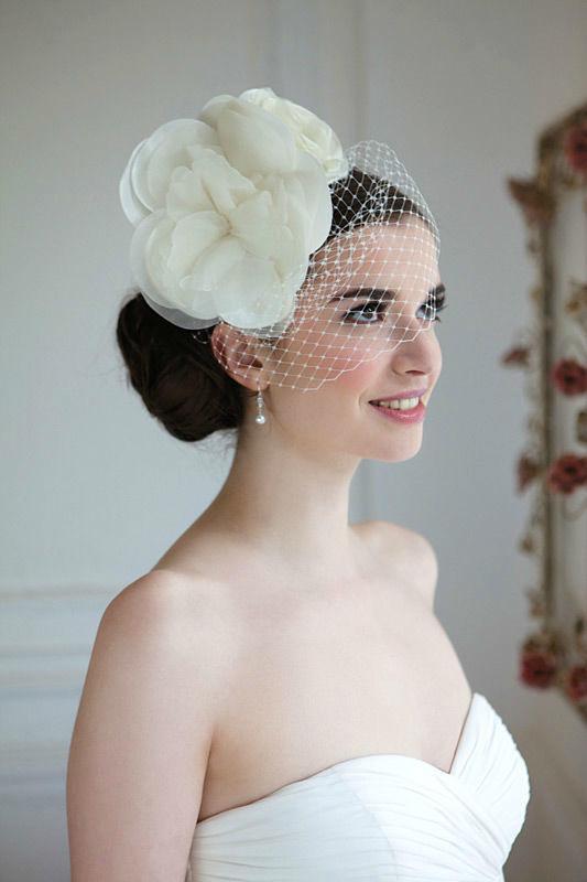 Beispiel: Schicker Kopfschmuck für die Braut, Foto: Brautstudio Schak.
