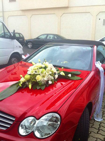 Beispiel: Blumenschmuck für das Hochzeitsauto, Foto: Blumen Bachmann.