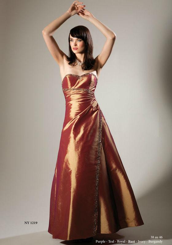 Beispiel: Abendkleider zum Wohlfühlen, Foto: Tessa Thomi Festmode.