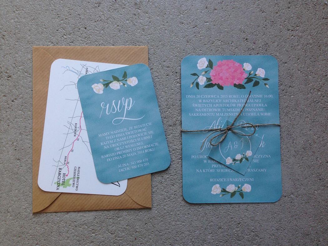 Zaproszenia ślubne Malowane Kwiaty - z motywem hortensji i eustomy na błękitnym tablicowym tle.