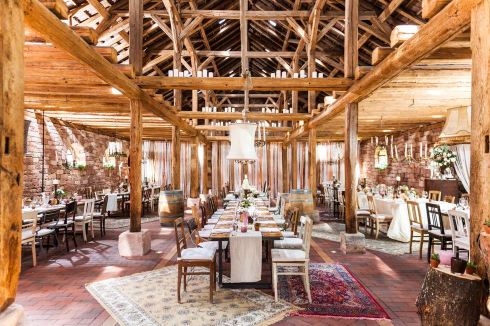Scheunen-Hochzeit mit Wohnzimmer-Flair.  Foto: [blickfang] event design