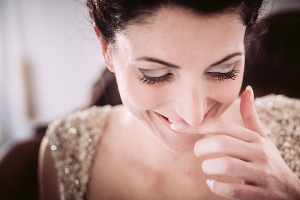 Vestitevi di sorrisi ed emozioni..impagabile il sorriso di Alessandra nel vedersi pronta ad andare all'altare