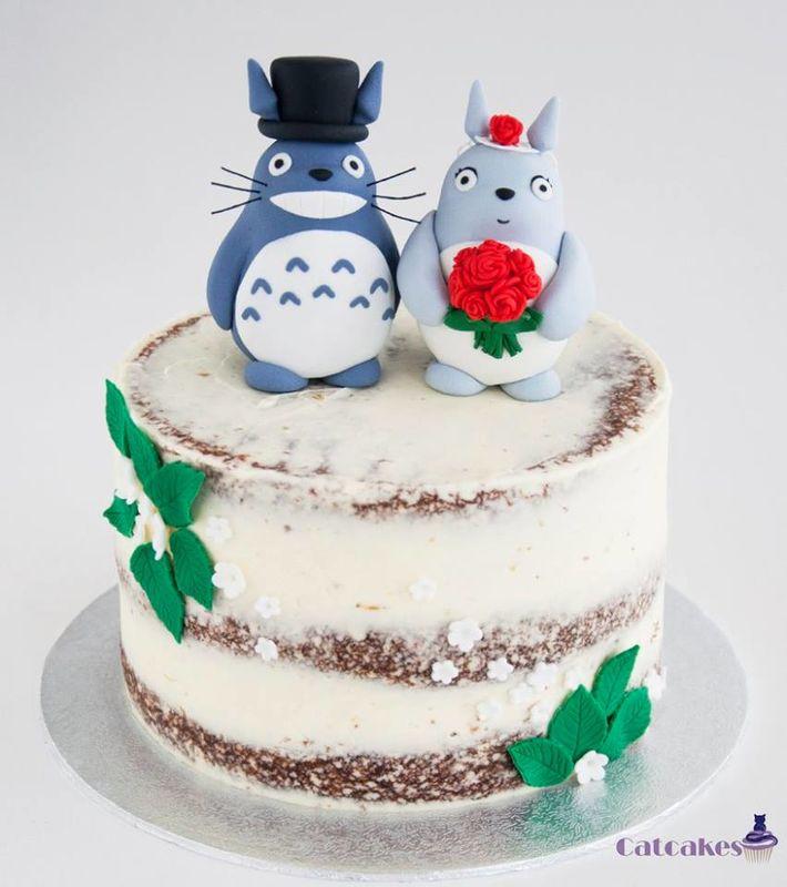 tarta semi desnuda con topper de Totoro