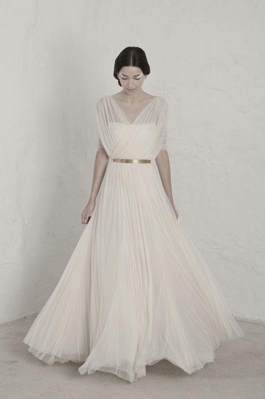 Fortunata Vestido realizado en dos capas de tul de seda con debajo forro en georgette y mangas de tul.