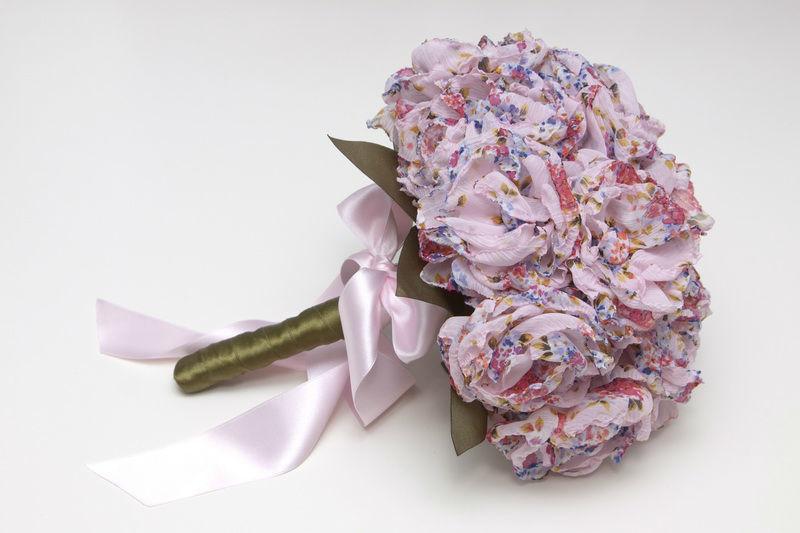 Ramo de novia en tela estampada de peonías