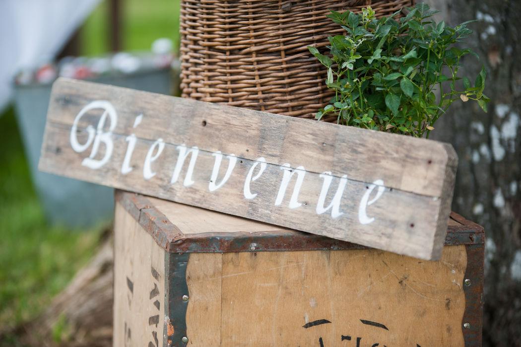 Sfeervolle houten borden, gemaakt voor de bruiloft