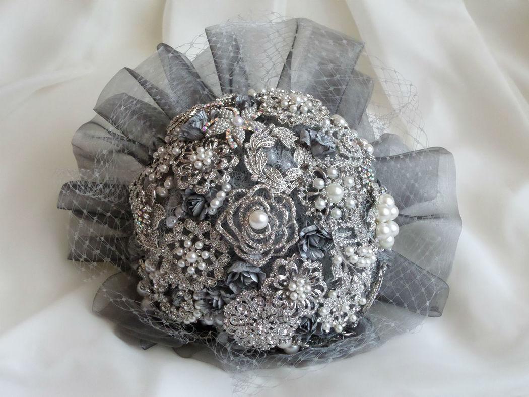 Bouquet de broches y perlas