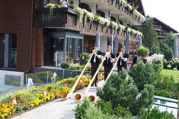 Beispiel: Hotelfassade und Alpenhörner, Foto: Hotel Ermitage.