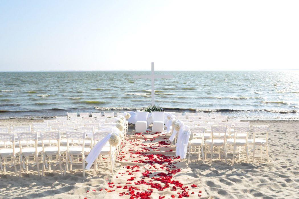 Contamos con mobiliario para la boda religiosa: Cruz, reclinatorios, tablón, sillas y decoración floral, en donde el cliente nos indique. (Montaje en laguna)