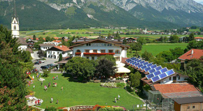 Beispiel: Hotel in traumhafter Kulisse, Foto: Garten Hotel Maria Theresia.