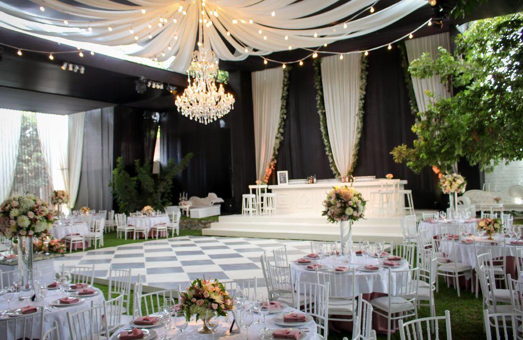 Hermosa boda con barra a desnivel