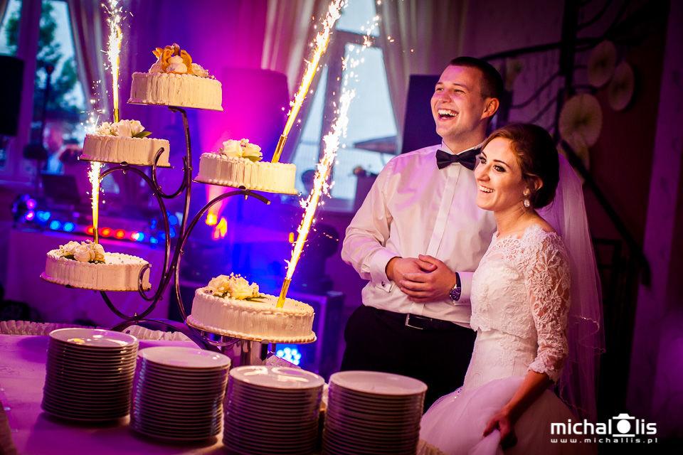 Wesele - krojenie tortu weselnego