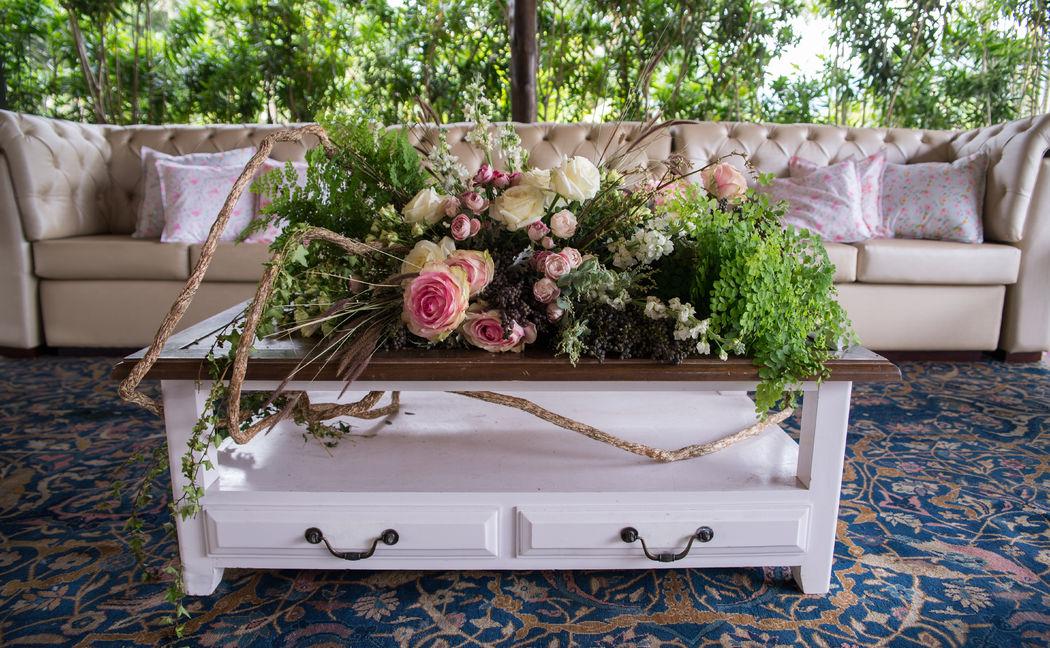 Na mesa de centro toda bossa de um jardim romântico e rústico
