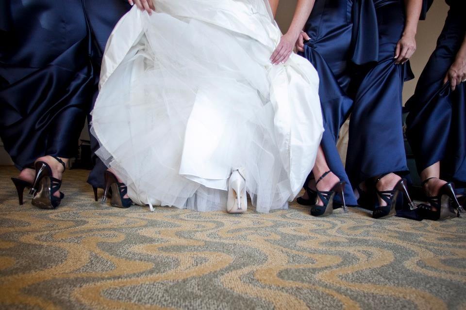 Die Braut und ihre Brautjungfern vor der grossen Gartenfeier!