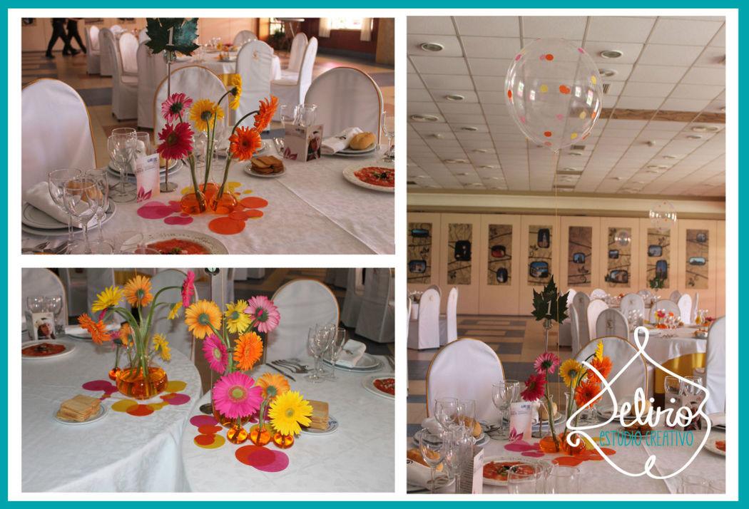 Centros de mesa con flor natural, cristal, agua de colores y globo transparente con decoración en papel.