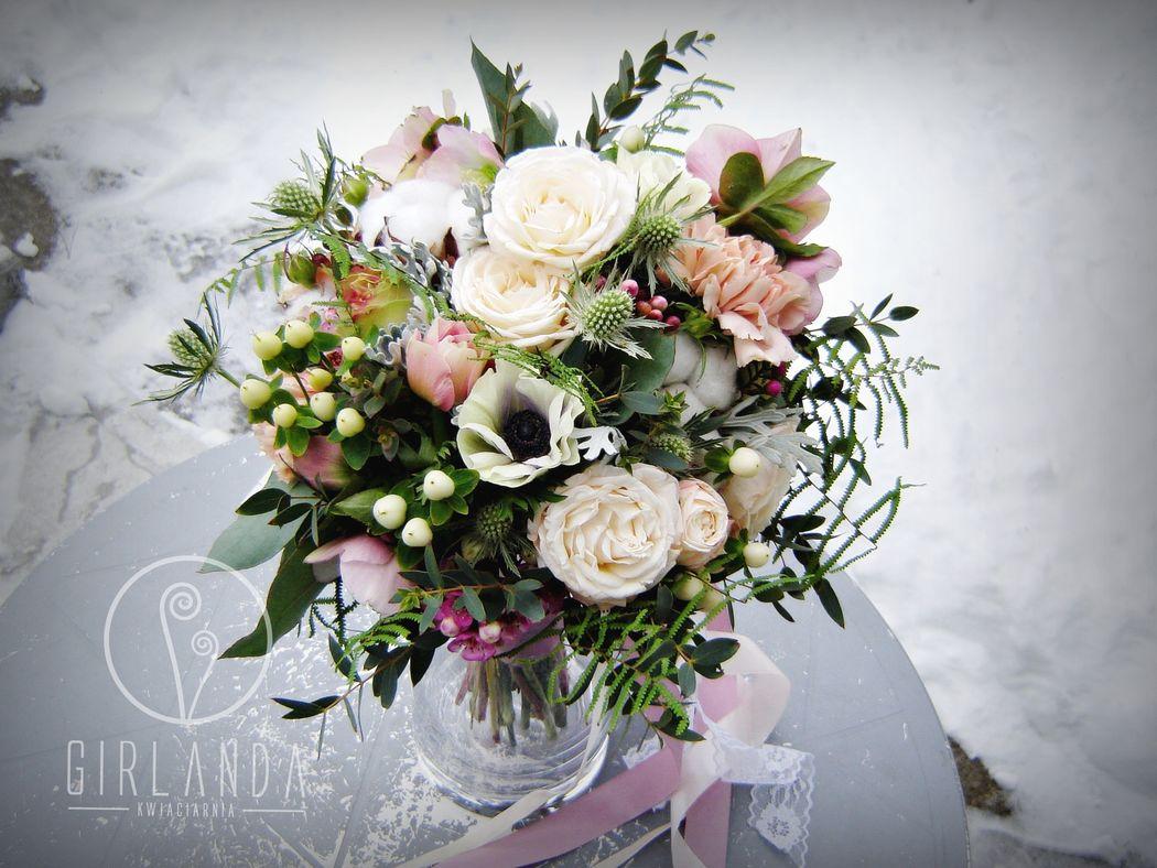 Bukiet ślubny z różą gałązkową, bawełną, ciemiernikiem, anemonami...