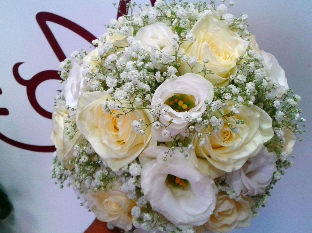 Ramo lisianthus y rosas blancas