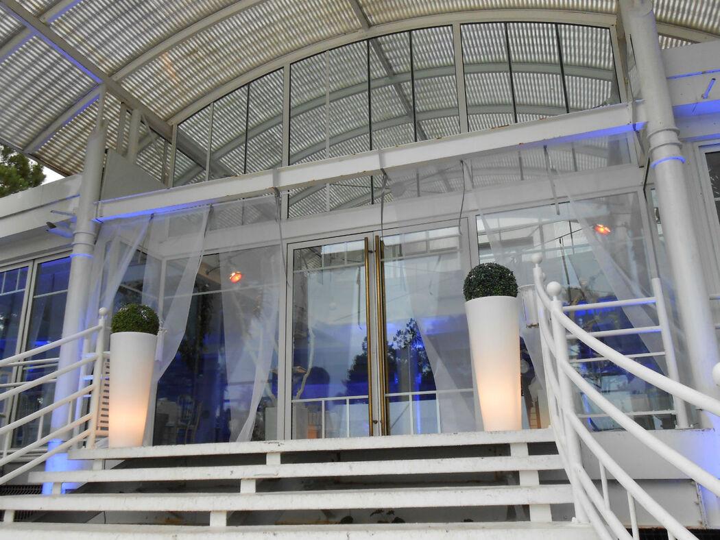 Réception à Arcachon: pots lumineux et voilages pour l' entrée de salle