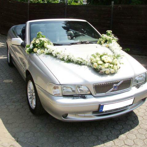 Beispiel: Geschmücktes Hochzeitsauto, Foto: Georgs Blumen.