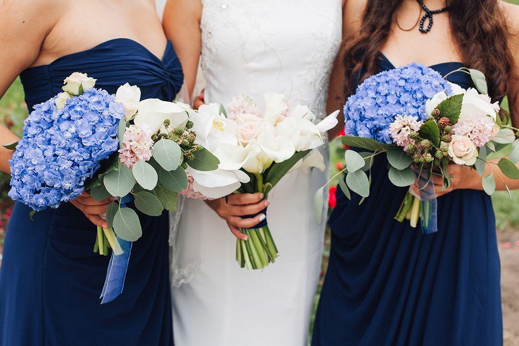 Букет невесты и букеты подругам невесты.